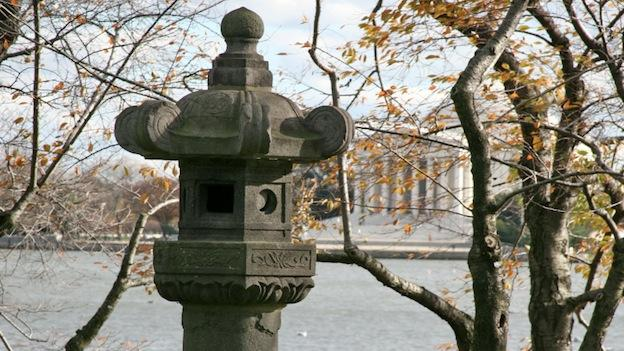 This stone lantern, currently located at Independence Avenue east of West Basin Drive in Washington, D.C., symbolizes the cultural relationship between Japan and the U.S. after World War II.
