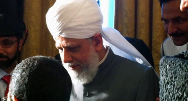 Mirza Masroor Ahmad speaks with leaders prior to his keynote.