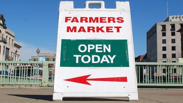 A farmer's market sign for FRESHFARM Market in Dupont Circle.