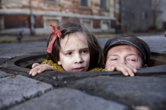 In Darkness finds a group of Jews hiding from Nazis in the sewer system of a Polish city.