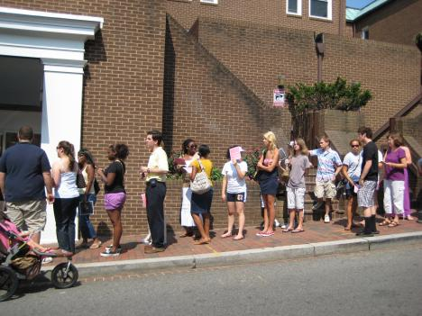 Customers flock to Georgetown Cupcake for free cupcakes.