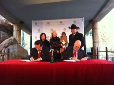 Officials sign the contract to extend the giant pandas' stay at the National Zoo for another five years.