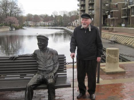 Bob Simon, founder of the town of Reston, Va., and the statue of him the town erected in his honor.