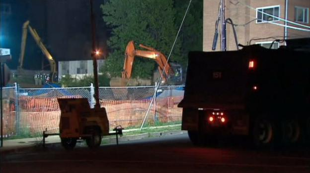 Part of a retaining wall at a construction site in Rosslyn collapsed last night, leading to a landslide and the evacuation of a neighboring apartment building.