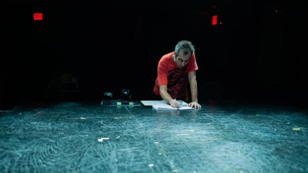 Playwright and director Rafael Abofalia directs the play CIFRAS by Mar González Glez.