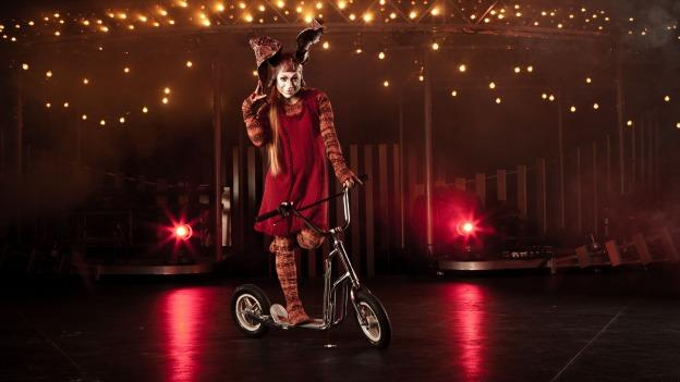 Quidam features a cast of more than 50 acrobats, singers, musicians, and characters.
