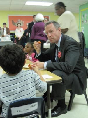 Governor Martin O'Malley eating with children.