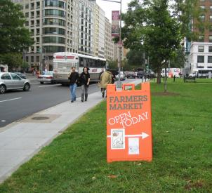 A sign in downtown D.C. points visitors to the new White House farmers market.