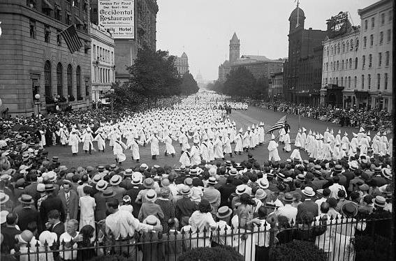 Miembros del Ku Klux Klan marchando en la Avenida Pensylvania en 1925